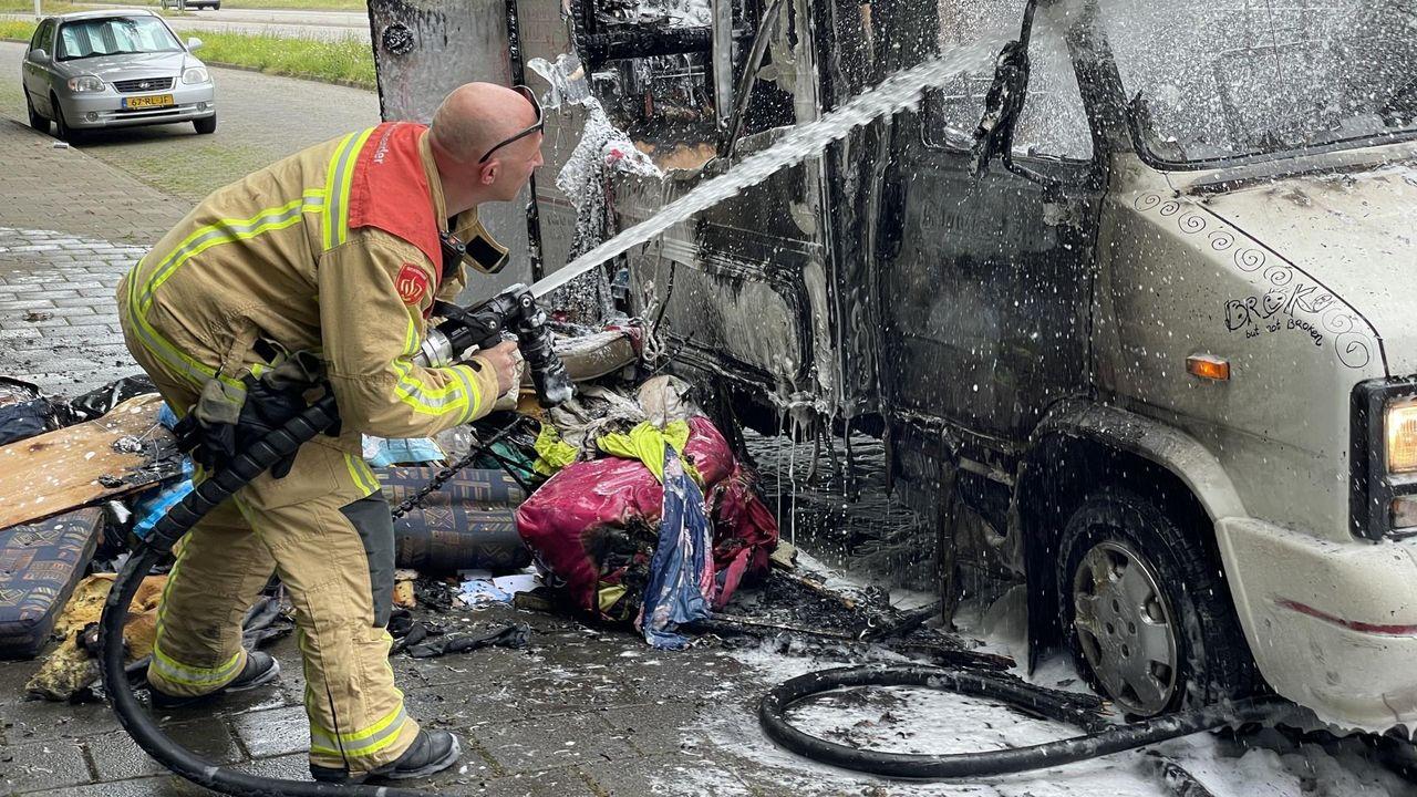 Camper waarin man en vrouw woonden, verwoest bij brand