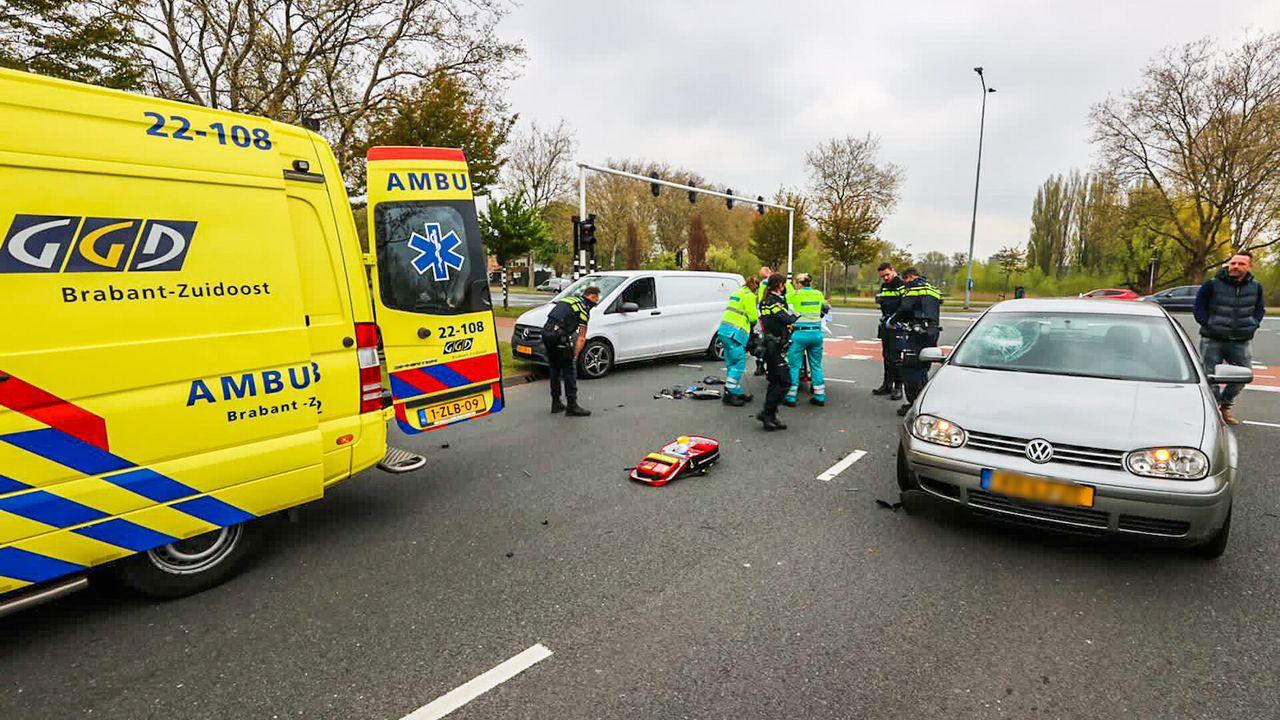 Auto schept scooter op Limburglaan
