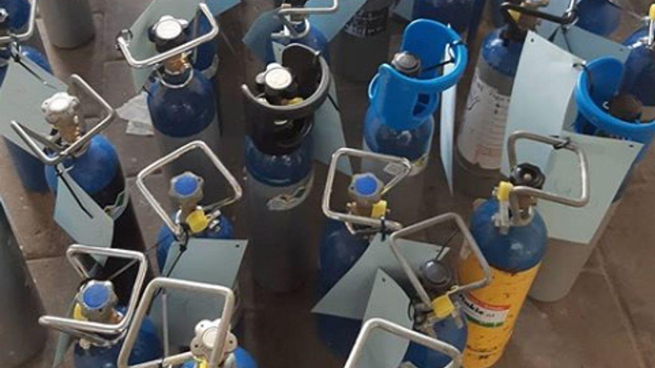 83 flessen lachgas gevonden in auto en garage in Woensel