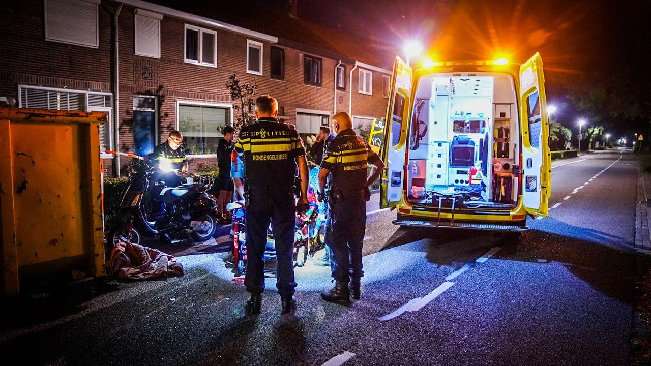 Scooterrijdster naar ziekenhuis na botsing met bouwcontainer in Nuenen