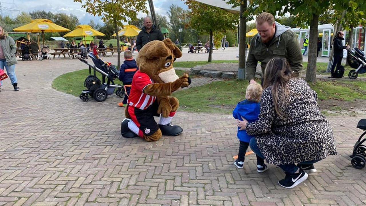 PSV-mascotte bezoekt Dierenrijk in Mierlo