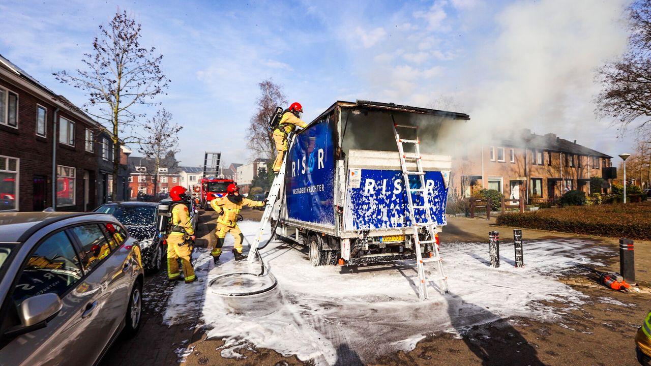 Vrachtwagen vliegt spontaan in brand