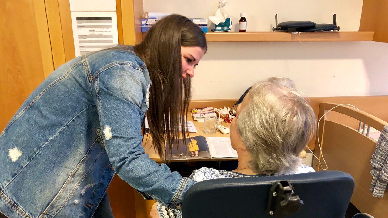 Studenten helpen ouderen met gebruik smartphone