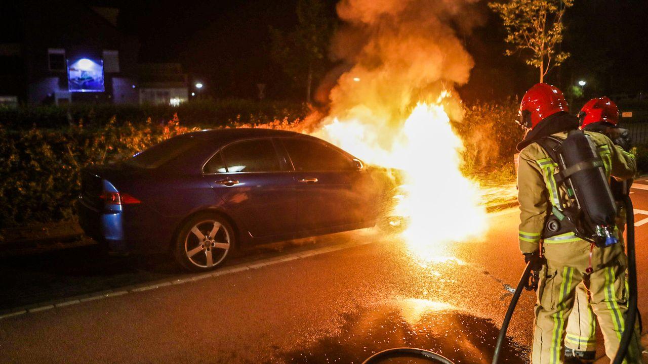 Auto brandt volledig uit op de Mierloseweg in Geldrop