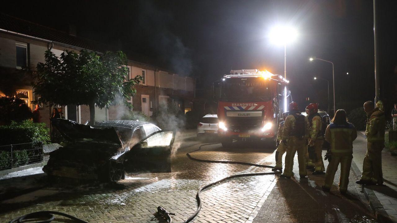 Auto in brand gestoken in Best