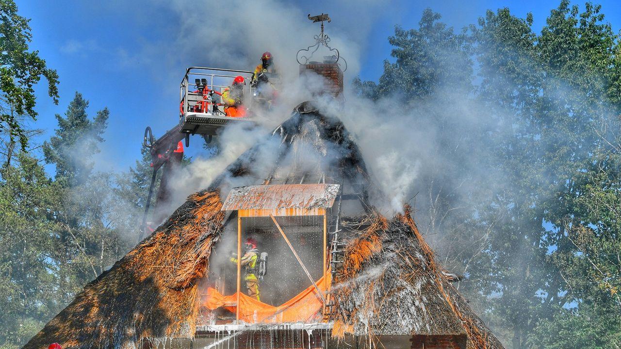 Grote brand bij villa met rieten dak in Waalre