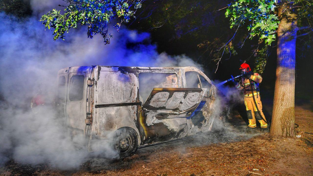 Bestelbus brandt af in Veldhoven