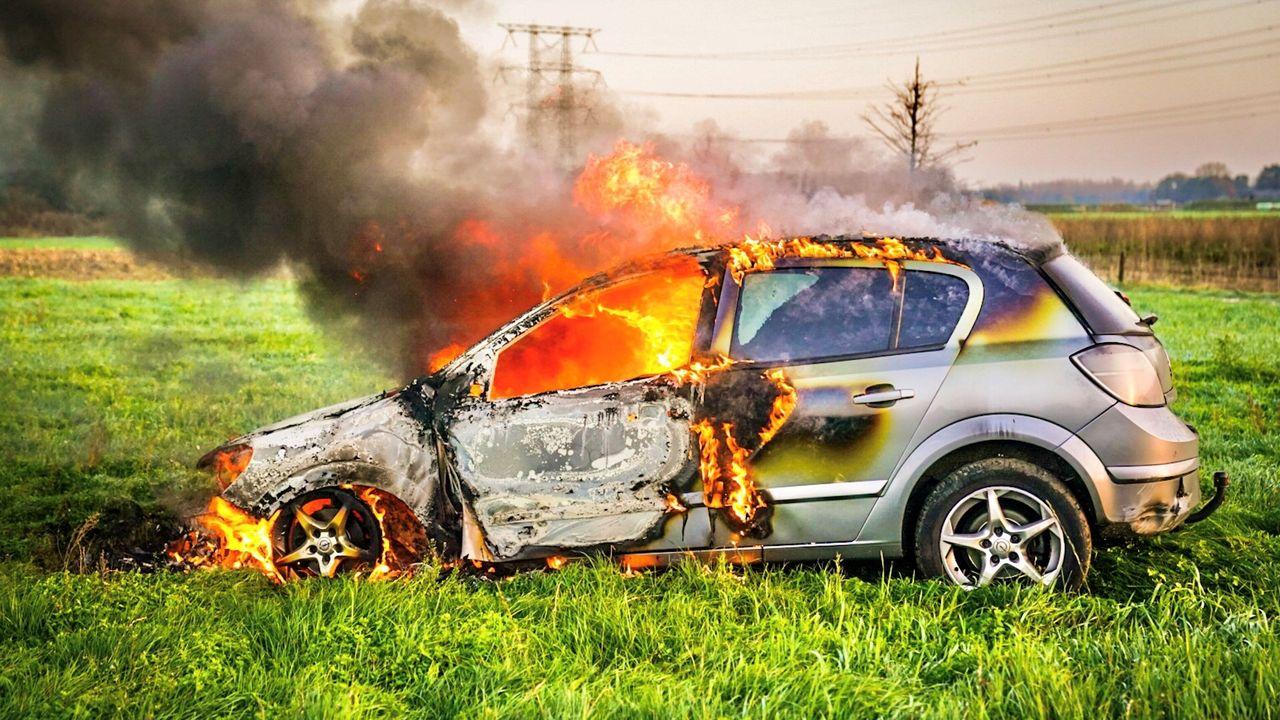Auto uitgebrand op Nuenens weiland