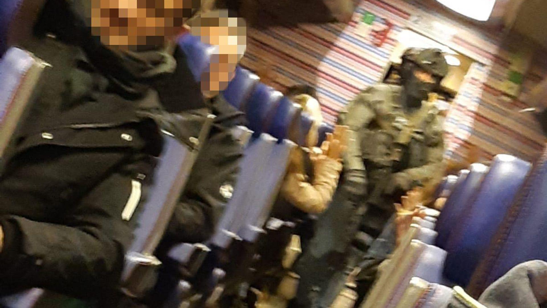 Arrestatieteam in de trein