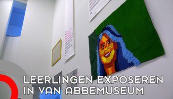 Scholieren exposeren in Van Abbe